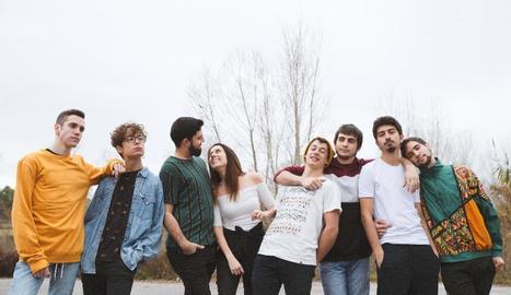Imatge promocional de l'àlbum amb els vuit membres del grup.