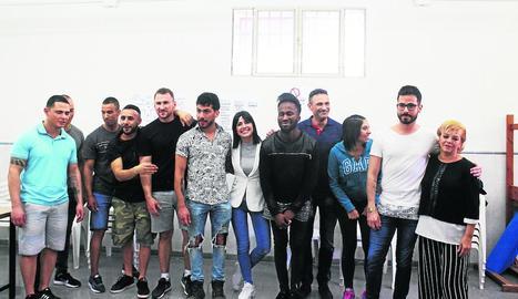 La televisiva Ares Teixidó, amb alguns dels interns que van desfilar ahir al Fashion Day Ponent.