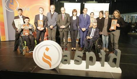 Foto de grup dels premiats, la directora d'Aspid, polítics de Lleida i el president, Quim Torra.