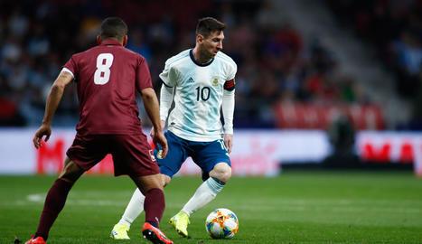 Messi intenta driblar el veneçolà Tomás Rincón.