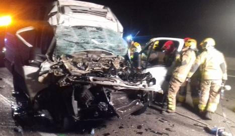 Mor el conductor d'una furgoneta al xocar amb un camió a l'AP-7
