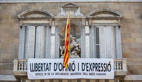 Imatge del balcó del Palau de la Generalitat després que els operaris pengessin el nou cartell.
