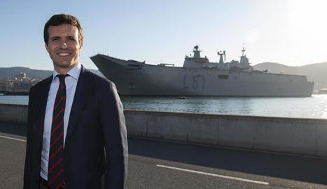 El líder del PP, Pablo Casado, davant del vaixell de guerra 'Juan Carlos I' a Getxo, ahir.