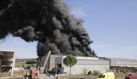 Les flames van arrasar l'empresa de matalassos.