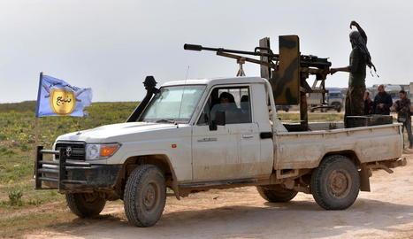 Milicians de les FSD prenen posicions a Al-Baghuz.