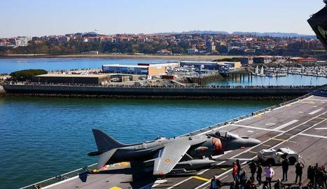 Imatge de l'afluència de públic al vaixell de l'Armada Espanyola atracat al port de Getxo.