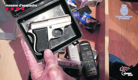 Primer pla d'una pistola utilitzada en els atracaments de Barcelona.