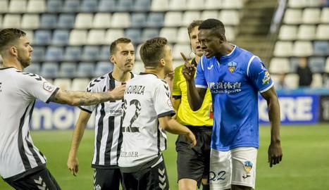 Mousa s'encara amb Muguruza després d'una dura entrada del jugador del Castelló.