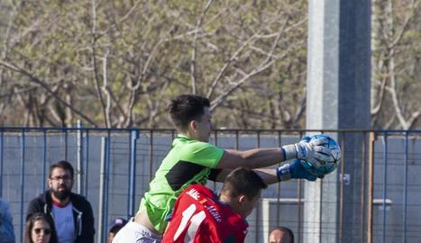Edu Vives intenta desplaçar la pilota en una de les jugades del derbi d'ahir.