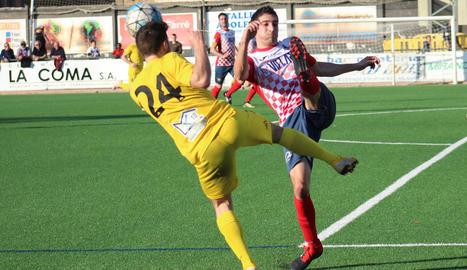 El jugador local Jordana disputa la pilota amb un rival en una acció del partit.