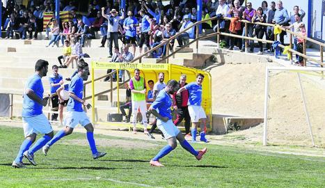 Moment en què jugadors i afició del Castellserà celebraven el gol del seu equip.