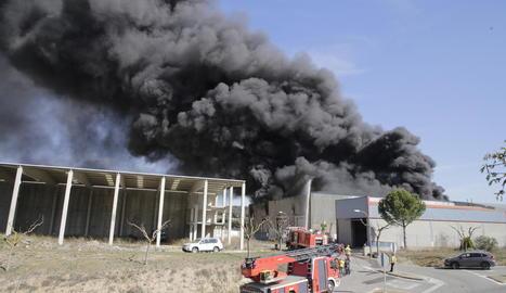 Els veïns van alertar els Bombers al veure la columna de fum.