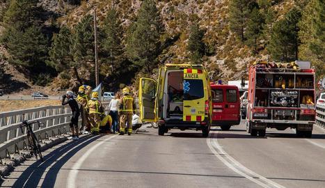 La bicicleta i el cotxe després del xoc a la carretera N-260.