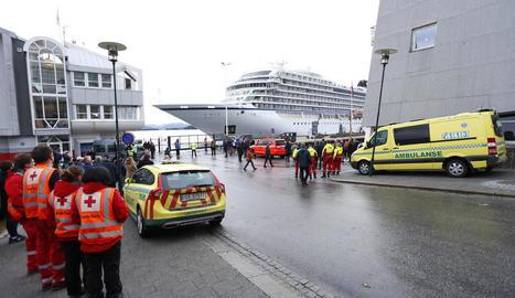 Els equips sanitaris esperen el desembarcament dels passatgers.