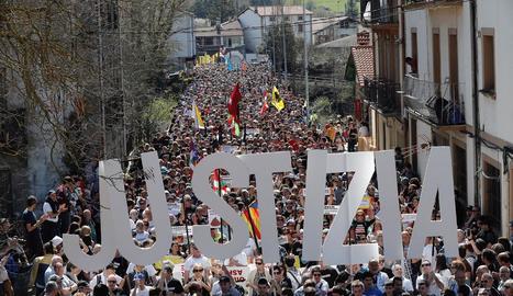 Imatge de la manifestació al seu pas pels carrers d'Altsasu.