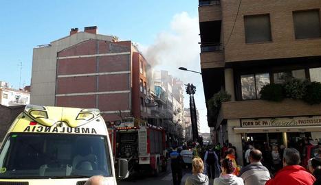 El foc ha calcinat un tercer pis al carrer Alfred Perenya.