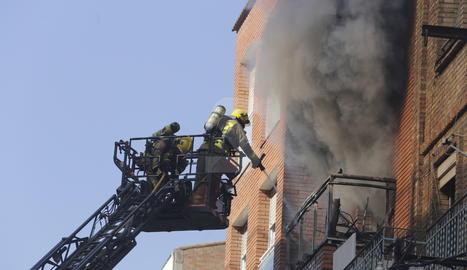 L'incendi ha calcinat un pis de la tercera planta.