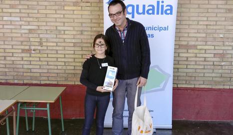 Laura Cerezuela amb el responsable d'Aigües, Juan Castellano.