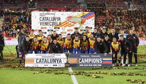 Els jugadors de la selecció catalana posen amb el trofeu conquerit entre una pluja de confeti.
