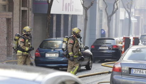 Els Bombers van utilitzar l'autoescala per atacar el foc des de l'exterior.
