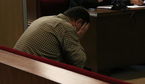 L'acusat, Joaquín Benítez, assegut ahir al banc dels acusats de l'Audiència de Barcelona.