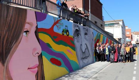 El mural reprodueix la imatge d'una nena petita davant el retrat de l'avi 'Pantonet'.
