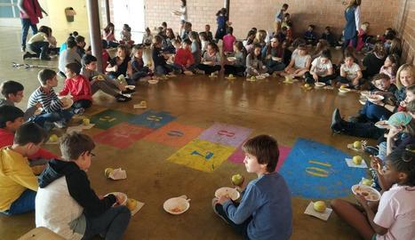 Els escolars van participar en un dinar solidari a base d'arròs.