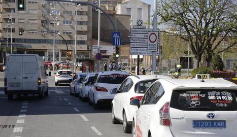 L'actual parada de taxis i, al fons, el pàrquing de zona blava.