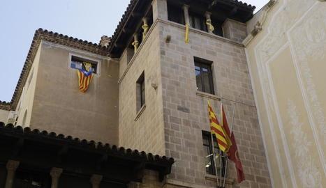 L'estelada i els llaços grocs a la façana de la Paeria.