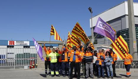 Vaguistes davant de les instal·lacions de San Miguel a Lleida, ahir.