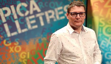 El presentador del programa, Òscar Fernández.