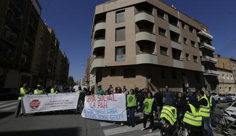 Activistes de la PAH es van concentrar ahir al matí davant del bloc de pisos okupat.