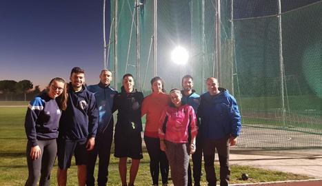 Grup de llançadors del Lleida UA, amb els entrenadors David Rubio i Albert Segués.