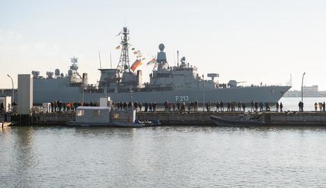 Imatge d'una fragata alemanya amarrada a port.