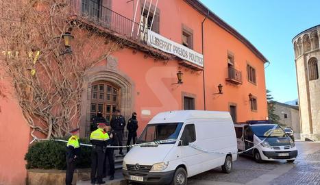 Agents i furgonetes de la Guàrdia Civil, a l'entrada de l'ajuntament de la Seu d'Urgell.