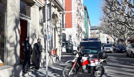 Agents de la Guàrdia Civil a l'entrada de l'edifici del Consell Comarcal de l'Alt Urgell aquest matí.