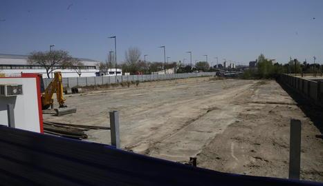 Imatge d'ahir del solar en el qual aniran les torres, on ja hi ha una excavadora i una caseta d'obres.