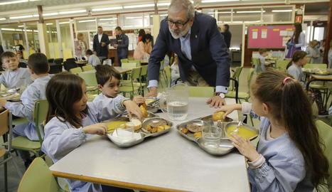L'alcalde, ahir amb alumnes de l'Escola Espiga, que van menjar un menú 100% Horta de Lleida.
