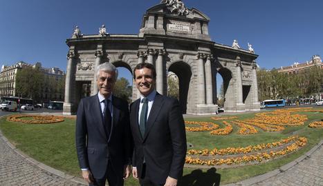 Suárez Illana i Casado, ahir, davant de la Puerta de Alcalá de Madrid, en un acte de partit.