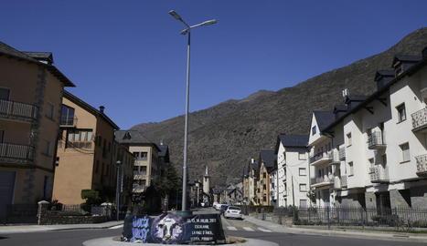 Esterri, on gairebé tot el poble és zona de flux preferent, i una pancarta de Doctor Music.