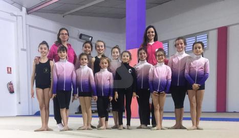 Carmen Acedo, a l'esquerra, amb un grup de nenes i una altra entrenadora del Club Rítmica Mataró.