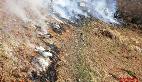 Un incendi a Les crema unes 60 hectàrees de matoll, sotabosc i pastures