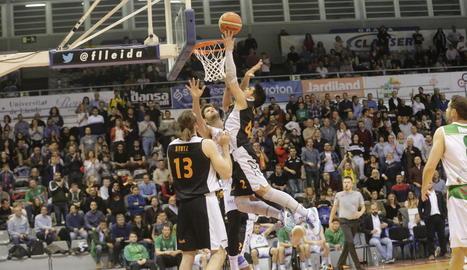 Sergi Quintela salta davant de l'oposició d'un rival.