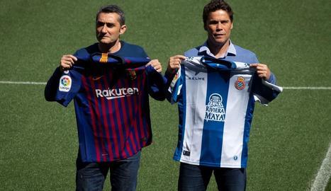 Valverde i Rubi van posar ahir amb les samarretes dels seus equips, abans del derbi d'avui.