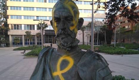 L'estàtua de Cervantes, ahir pintada, a la plaça amb el seu nom.