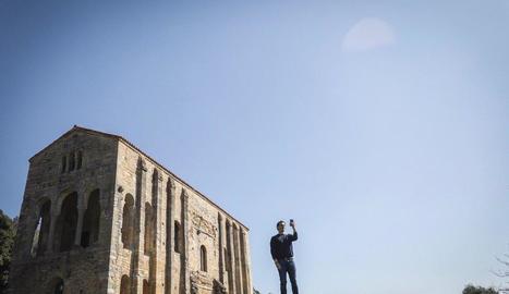 Rivera, que va visitar ahir Astúries, va aprofitar per fer-se una selfie a Santa María del Naranco.