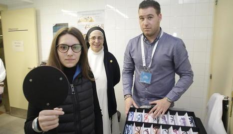 Sor Lucía Caram, amb una jove que es va emprovar una de les muntures per a les seues futures ulleres.