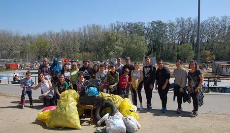 Imatge dels voluntaris que van participar en la millora ambiental amb les escombraries que van recollir.