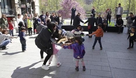 La jornada va comptar amb un taller de teràpia canina per a nens i adults a la plaça Sant Francesc.