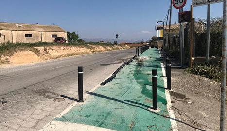 Un cotxe arranca pilones d'un camí escolar a Balaguer